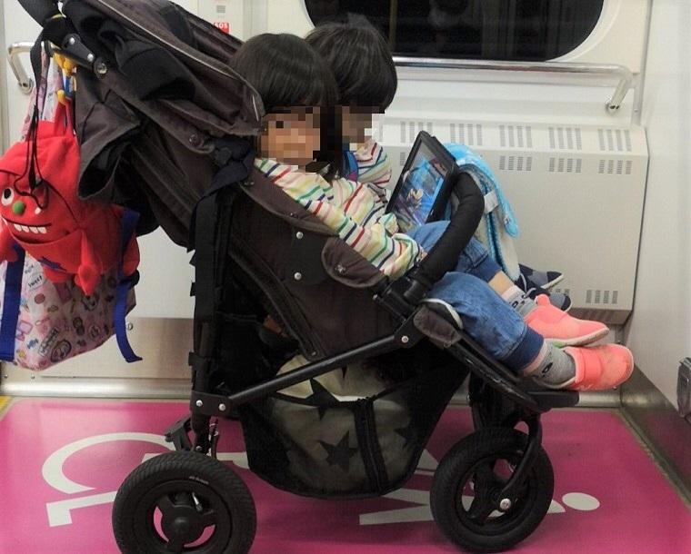 双子ベビーカーのココダブルで電車の車いすスペースを利用しているところ