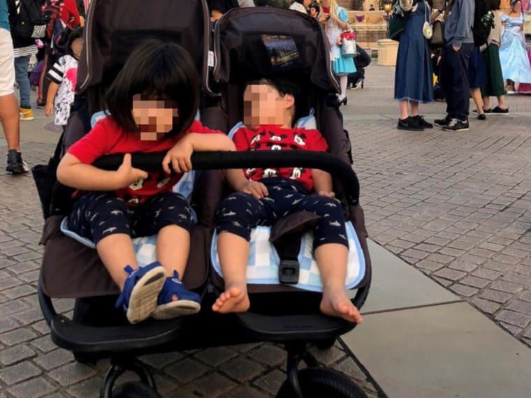 双子ベビーカーのココダブルに乗っている男女の双子