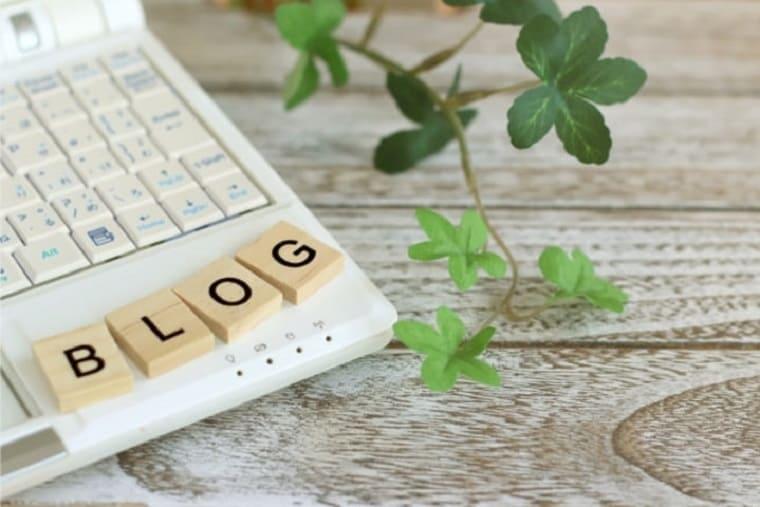 パソコンの隅に置かれているブログと書かれた木のパネル