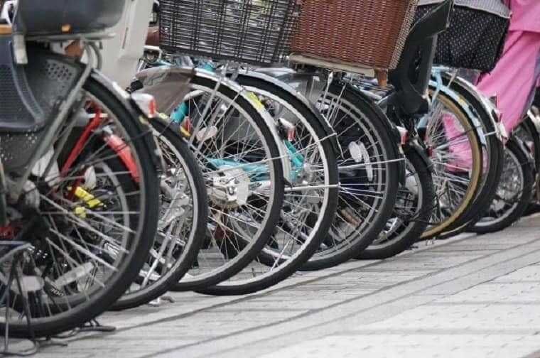 並べて駐輪されたたくさんの自転車