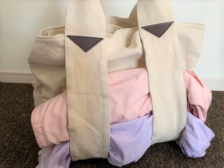 双子の上着を挟んだエコロコのマザーズバッグ