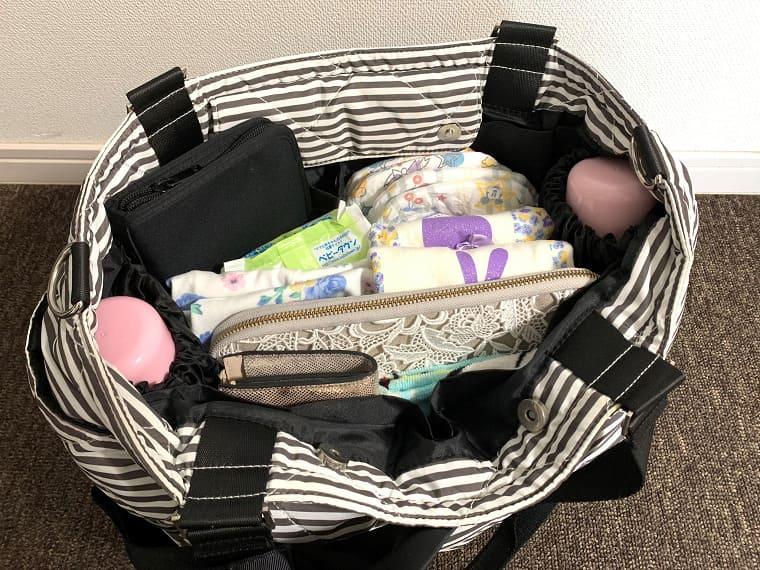 たくさんの双子用お出かけ用品を入れたティアティアのマザーズバッグ