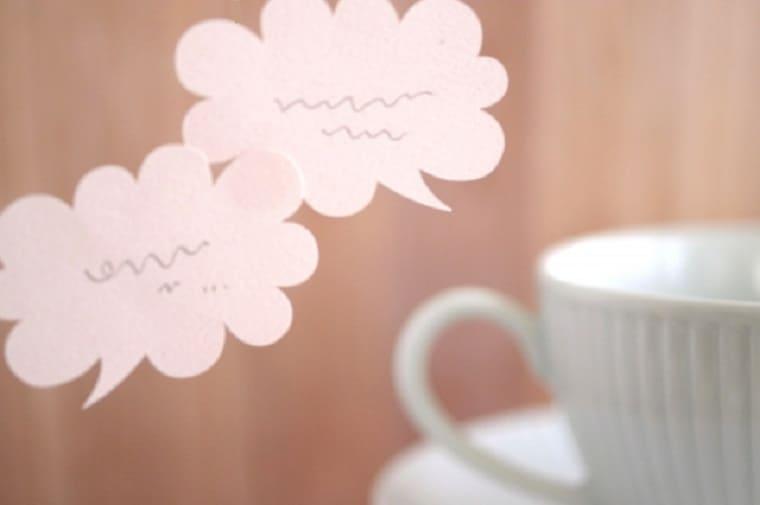 お茶を飲みながら会話をしているところ