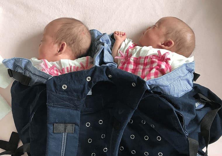 双子用抱っこ紐ウィーゴツインに双子を入れているところ