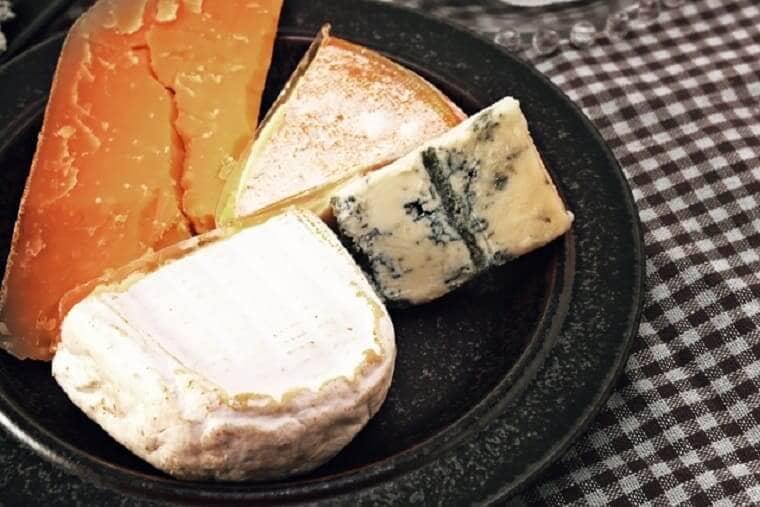 お皿に盛られた4種のチーズ