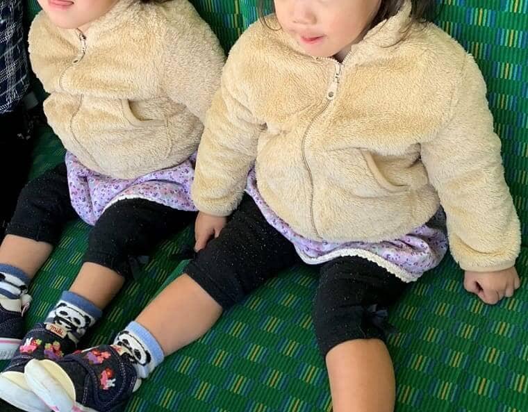 大三島フェリーに乗る双子の女の子