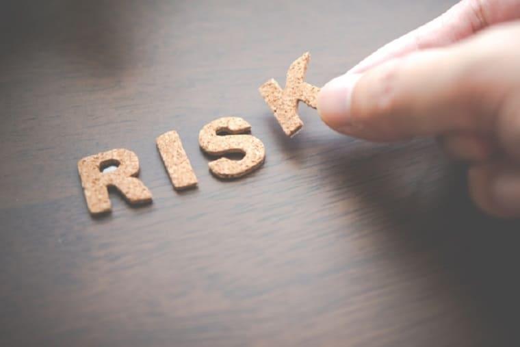 机に貼られたリスクというコルク文字