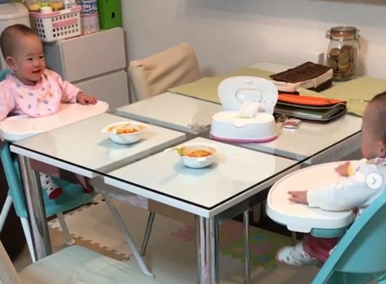 ベビービョルンハイチェアに座る1歳の双子の女の子