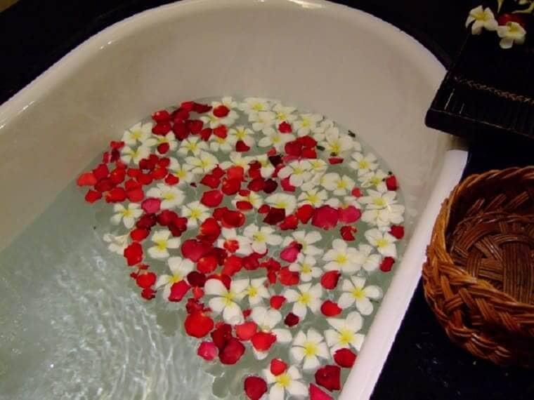 花びらを浮かべた浴槽