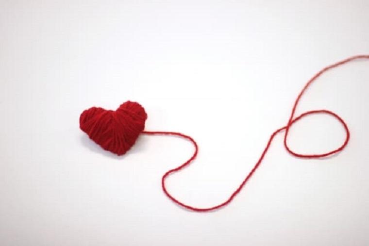 赤い毛糸で作られた立体のハート