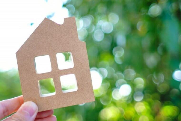 家の形をした小さな木製パネル