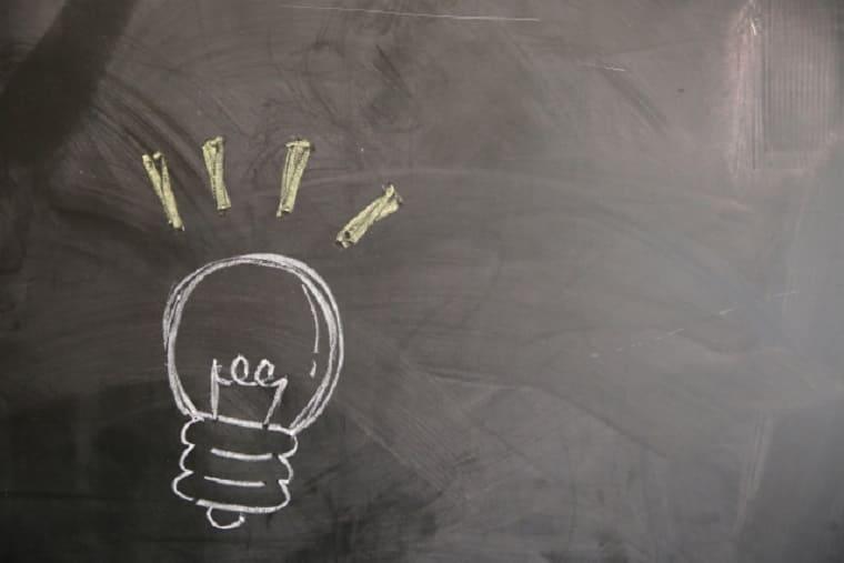 黒板に書かれた電球のイラスト