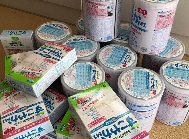 双子育児のために準備したミルク缶とミルクの箱