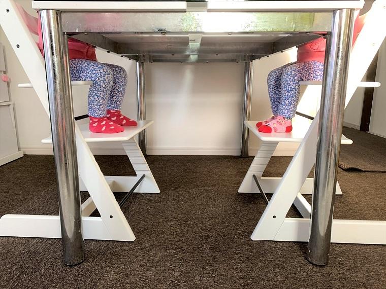 ストッケトリップトラップに座る双子の女の子