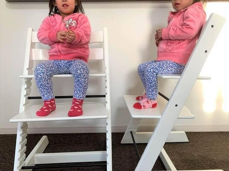 自分のストッケトリップトラップに座る女の子の双子