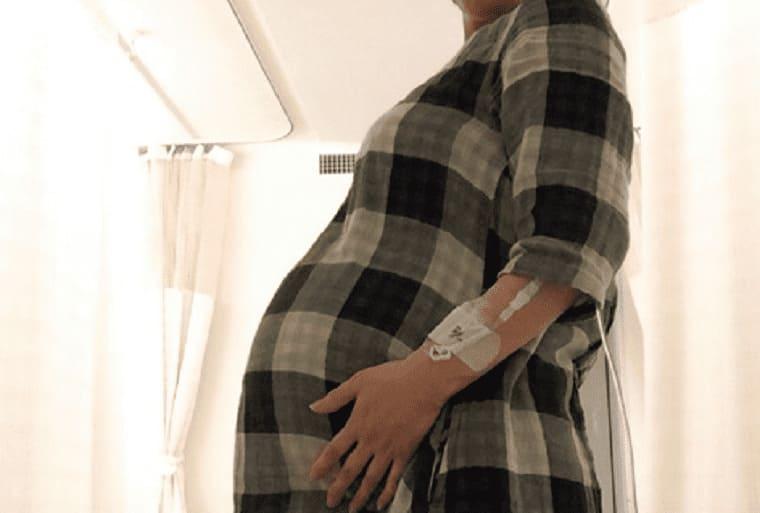 妊娠26週の双子妊婦のおなか