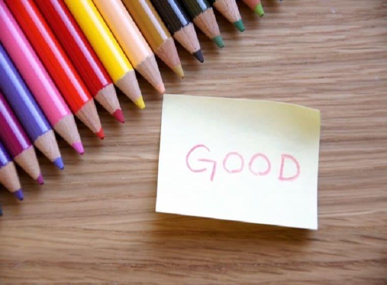 並んだ色鉛筆とメモに書かれたGOODの文字