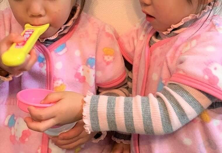 おままごとで遊ぶ双子の女の子