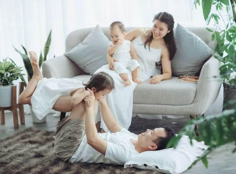 リビングで楽しそうにくつろぐパパママと2人の子供