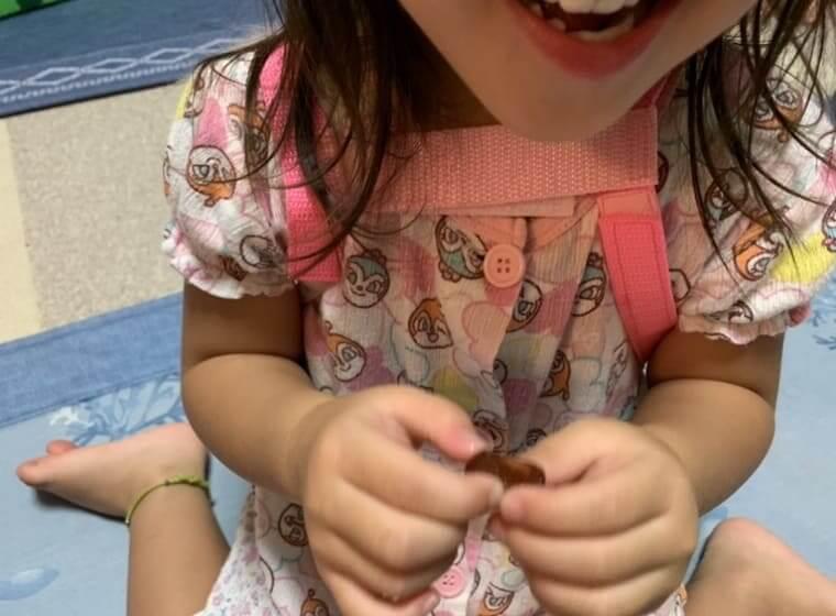 セノッピーを食べる3歳の女の子
