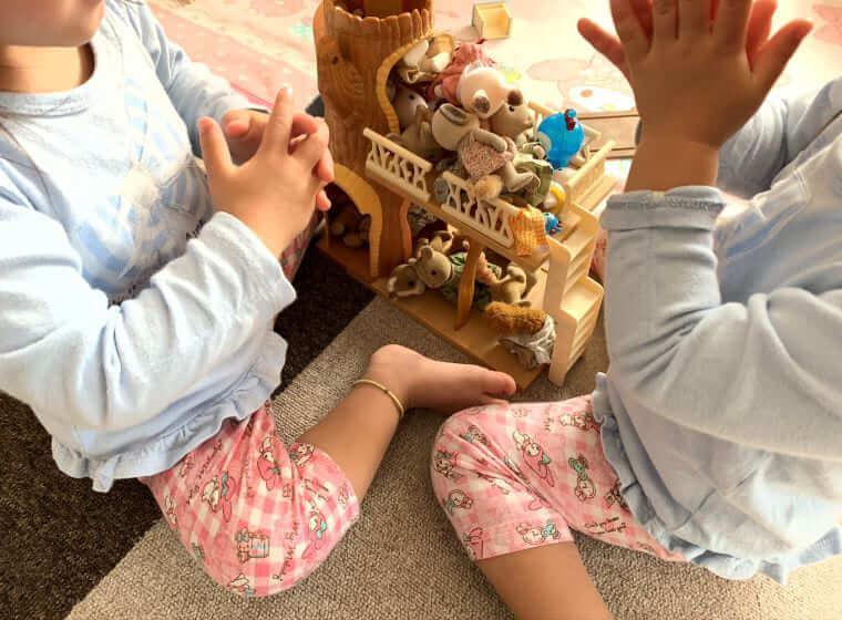 人形で遊ぶ双子の女の子