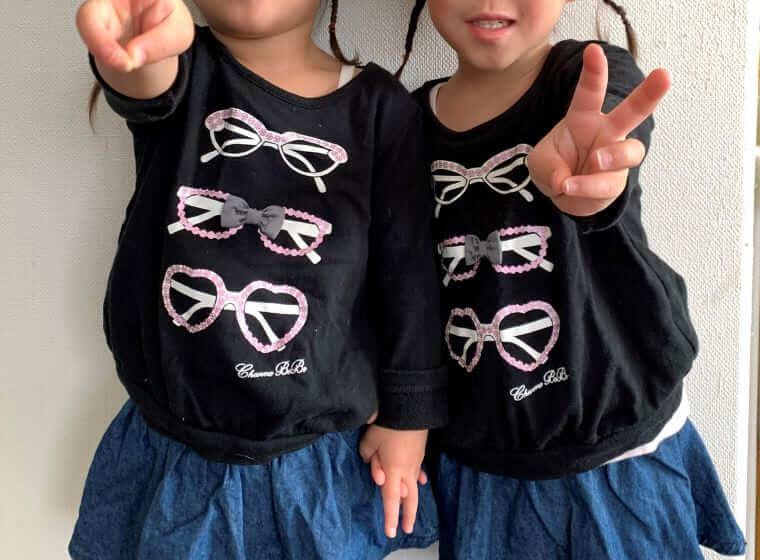 ピースサインをする双子の女の子