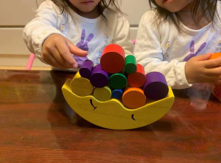 キッズ・ラボラトリーの知育玩具で遊ぶ3歳の双子の女の子