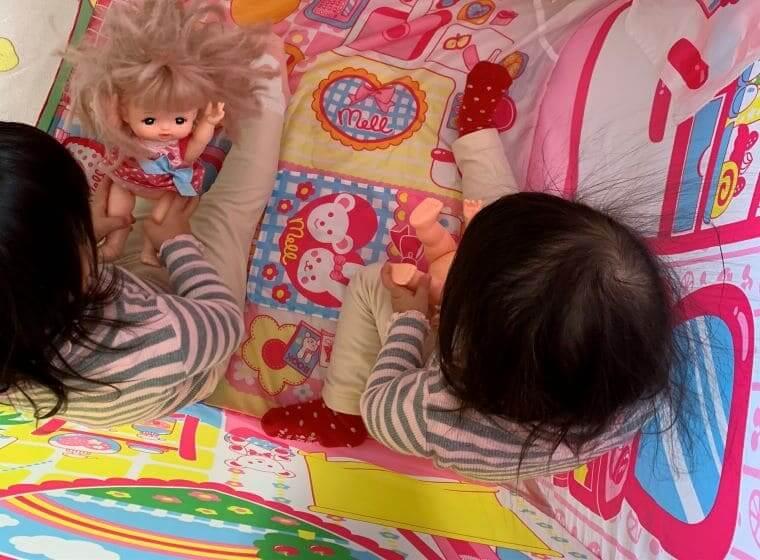 メルちゃんのお人形ハウスで遊ぶ3歳の双子の女の子