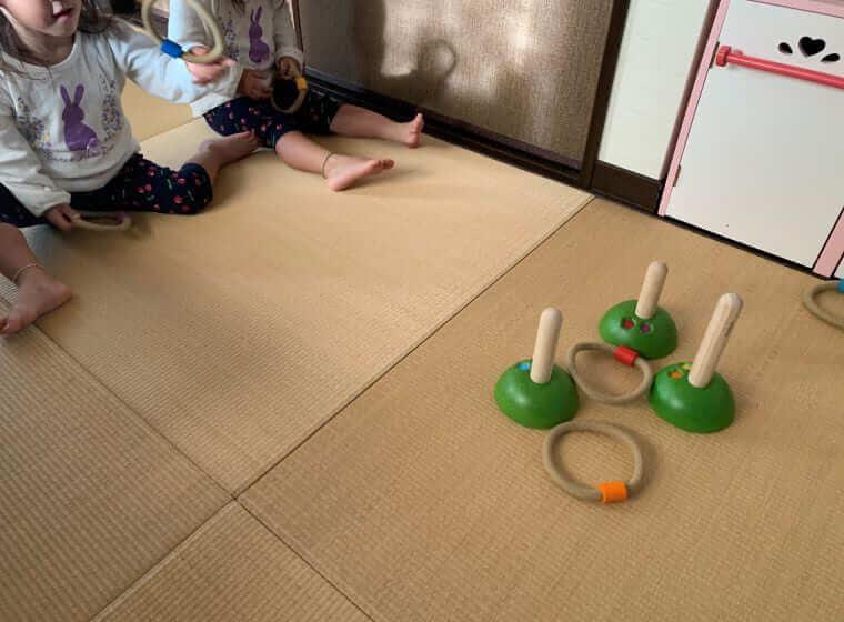 キッズ・ラボラトリーのおもちゃで遊んでいる3歳の双子の女の子