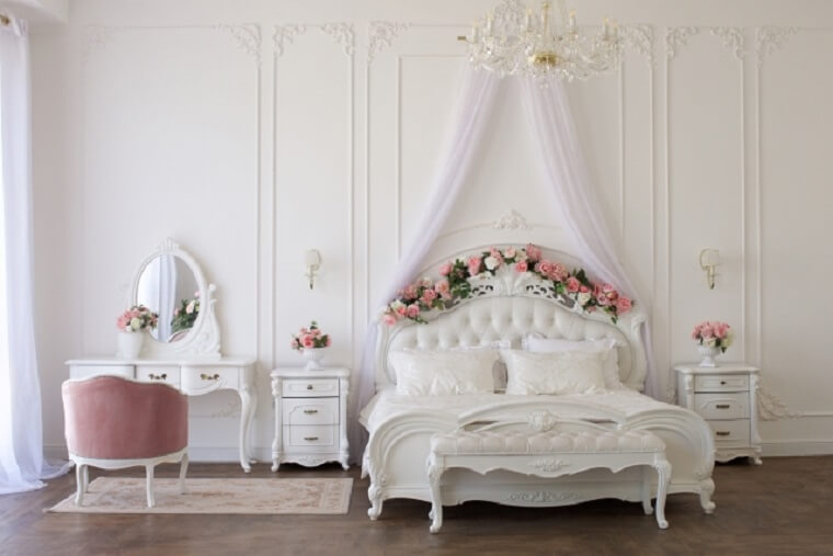 姫系の家具が置かれた女性らしい部屋