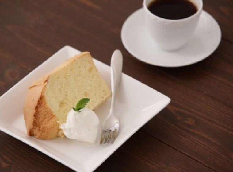 四角いお皿に盛りつけられたシフォンケーキとコーヒー