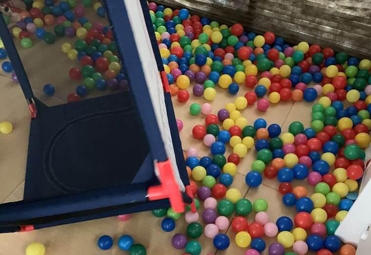 双子の娘に破壊されたおもちゃのボールプール