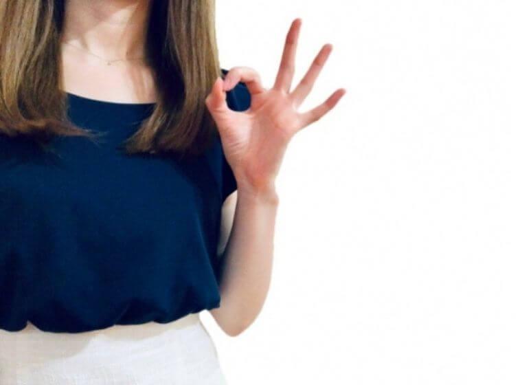 人差し指と親指でOKのサインをする女性