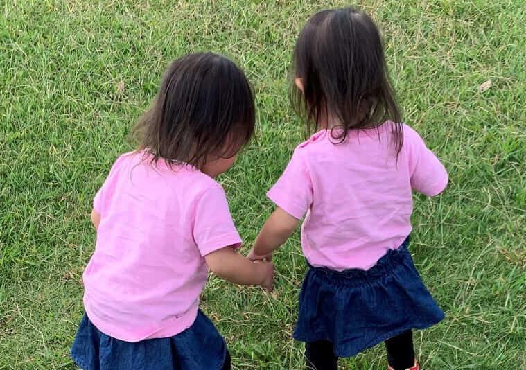 芝生で遊ぶ双子の娘たち