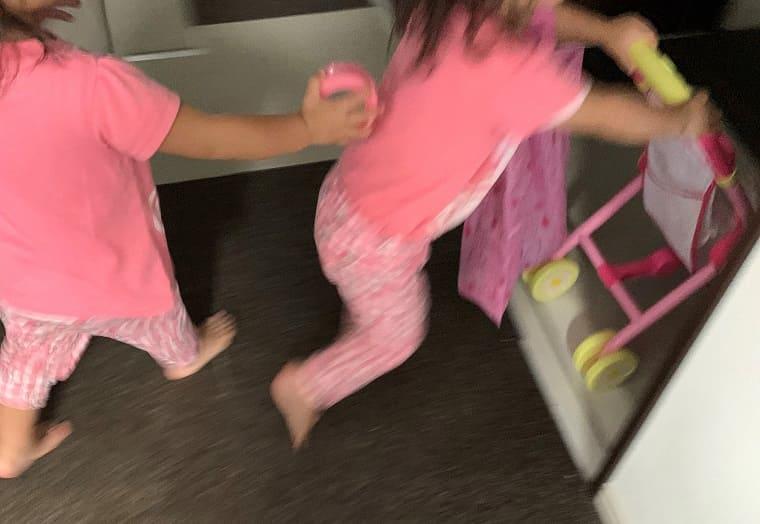 走り回る双子の2歳の女の子