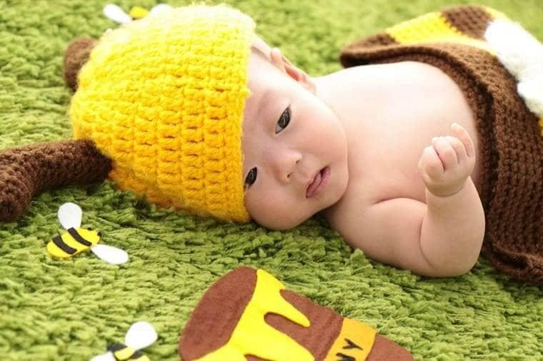 蜂の衣装を着ている赤ちゃん